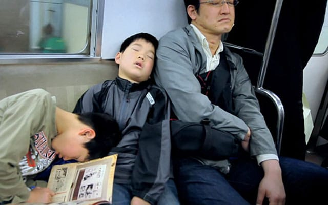 Slapen in het openbaar vervoer in Japan